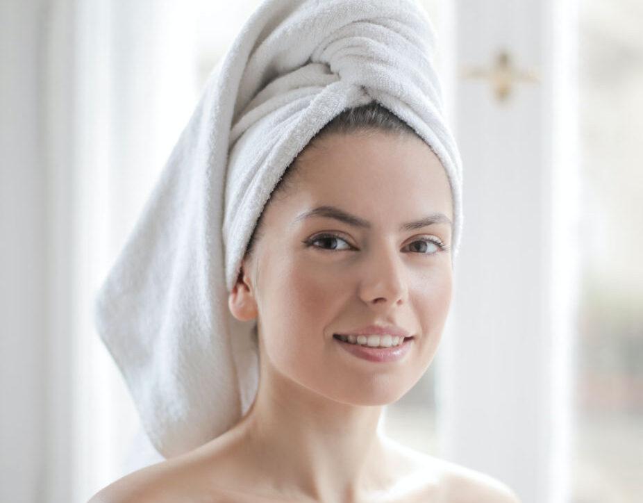 Femme utilisant des produits de beauté